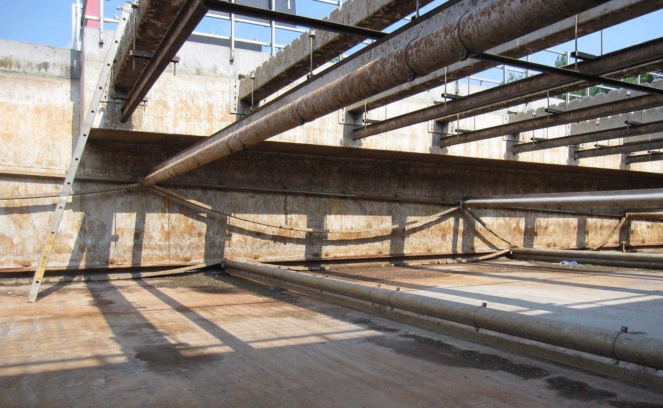 In den vorhandenen NKB 1.1 bis 1.6 waren Stahlkettenräumer und herkömmliche Klarwasser-Ablaufrinnen im Einsatz