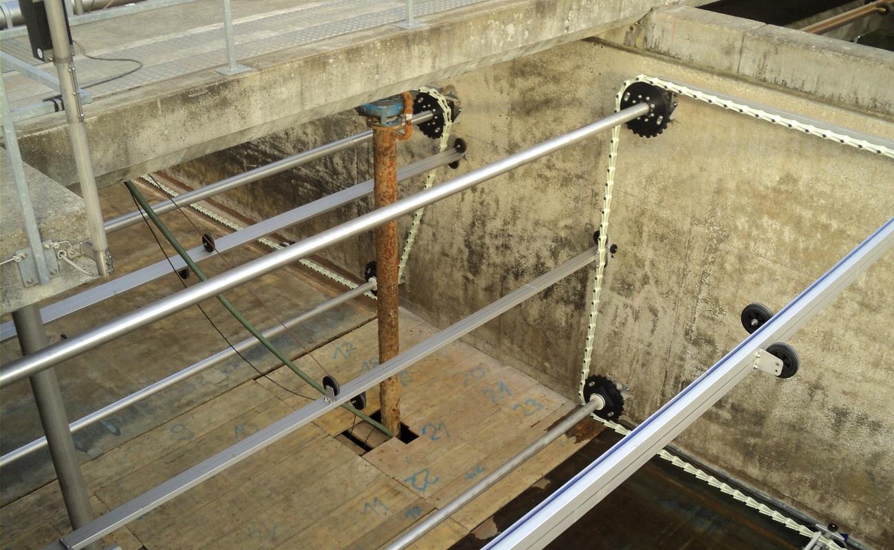 ARA Sensetal - CH-Laupen - Antriebswellen und Umlenkachsen bei den mittig angeordneten und für die Montage abgedeckten Rücklaufschlammtrichtern