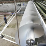 Floating screw-conveyor elements allowing fully automatic scum removal at varying water levels