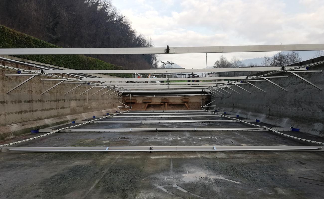 IT-Casnigo - Plastic Chain Scraper KKR-L and Screw-conveyor Scum Remover SSR-2 in a 13.6m wide tank